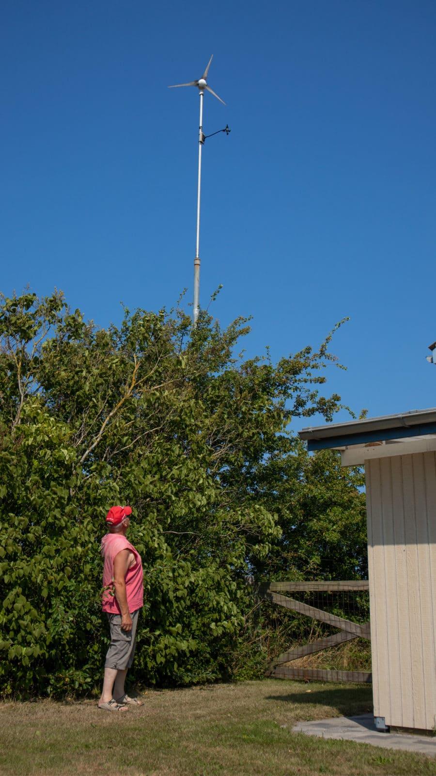 Jens Ole med sin hjemmelavede vindmølle